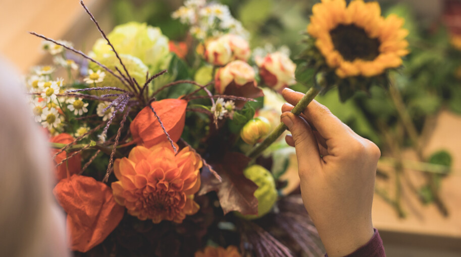 Detailaufnahme von einem herbstlichen bunten Blumenstrauß.